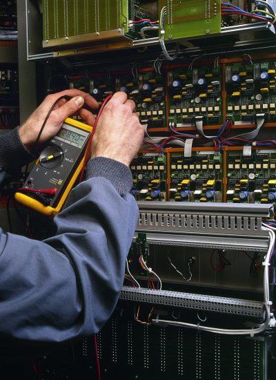Elektriker som utfører el-kontroll